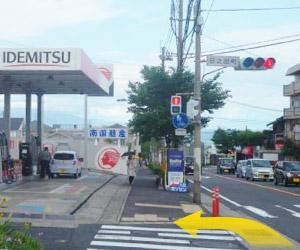 田上、KTS方面よりお越しの方は左手に南国殖産ガソリンスタンドが見えてきますので、そこを左折します。